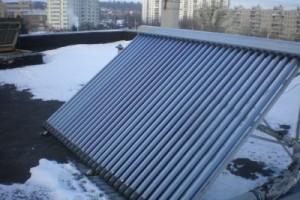 Солнечный коллектор зимой. Плоский солнечный коллектор в зимнее время года.